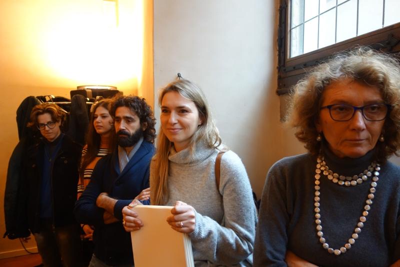Cami, Amelia e Checco in lontananza e Team Comunicazione in primo piano